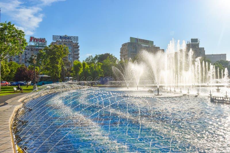 Belles fontaines dans Union Square ou Piata Unirii dans le centre ville de Bucarest dans une journée de printemps ensoleillée 20  image libre de droits