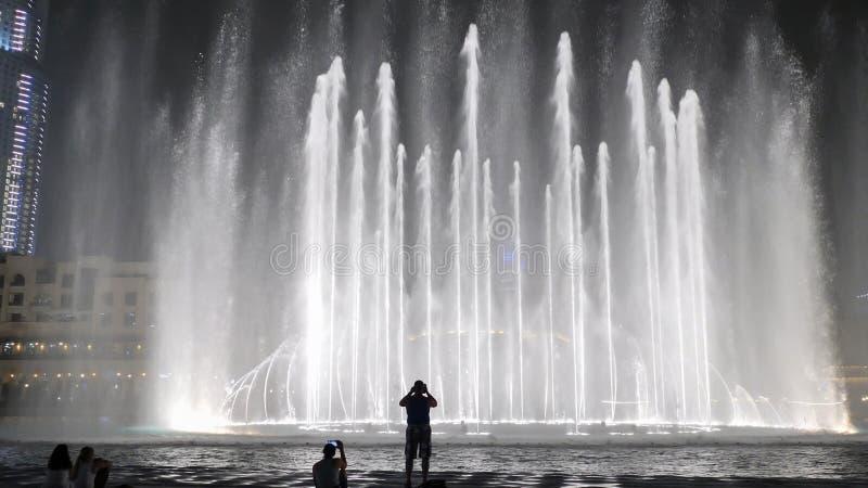 Belles fontaines de danse à Dubaï dans la nuit image libre de droits