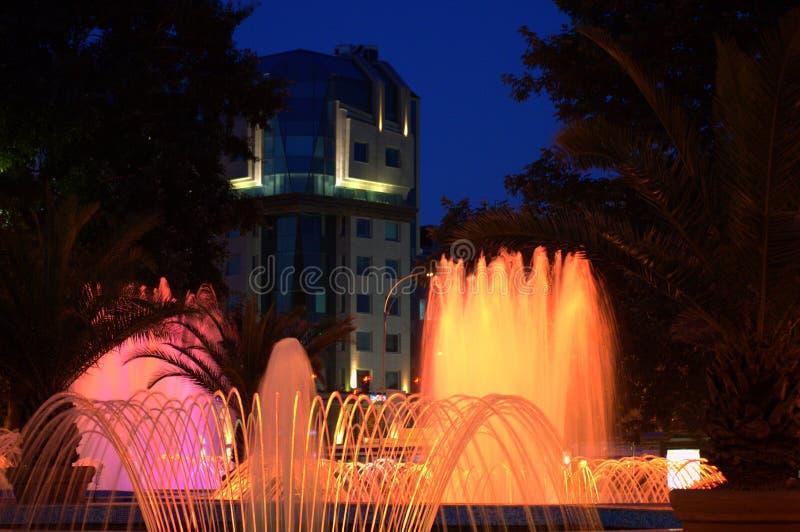 Belles fontaines de nuit photo libre de droits