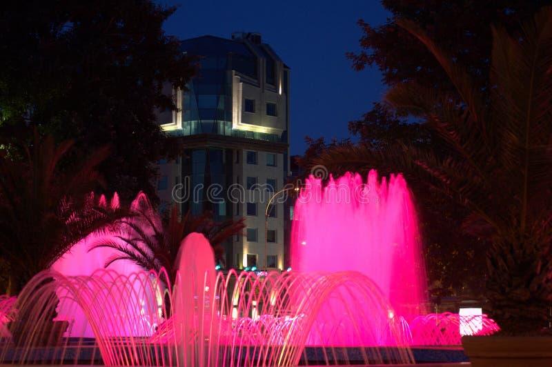 Belles fontaines de nuit photographie stock libre de droits