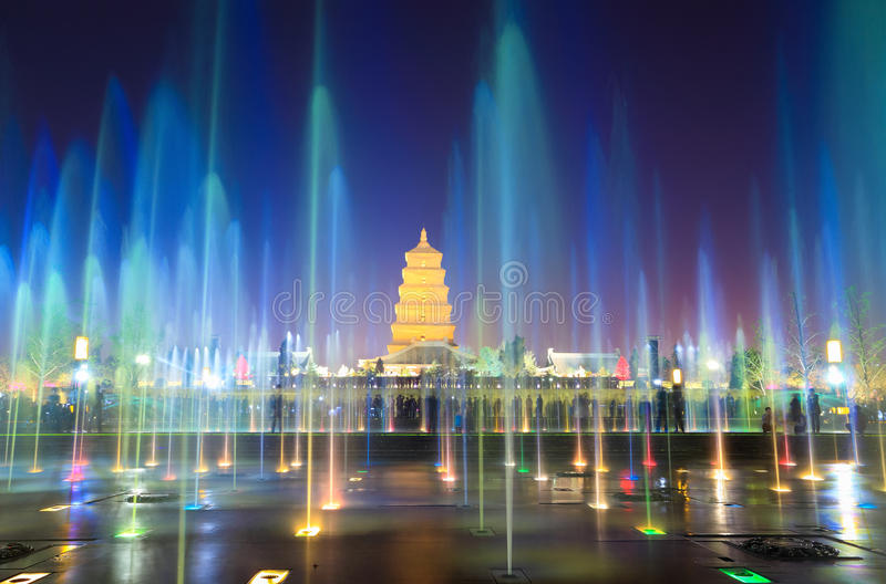 Belles fontaines la nuit dans xian photos stock