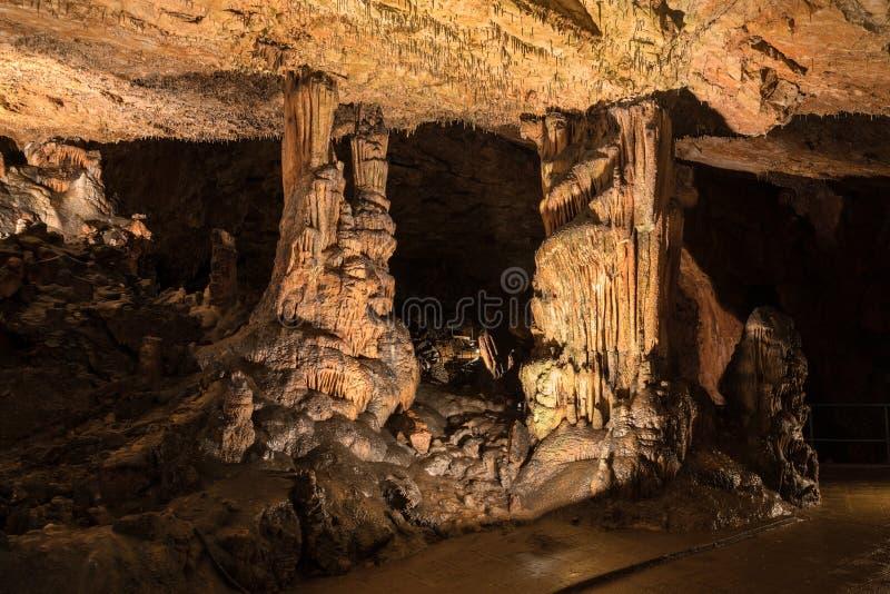 Belles formations de caverne avec des stalagmites et des stalactites profondément image stock