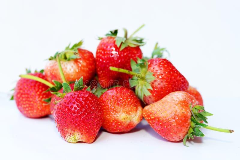 Belles fraises d'isolement sur le blanc photographie stock