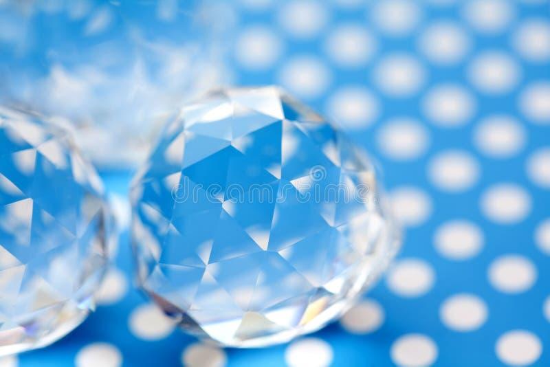 Belles gemmes en cristal sur le fond blanc bleu de point de polka Pierres abstraites de diamant, formes géométriques de polygone  photo stock