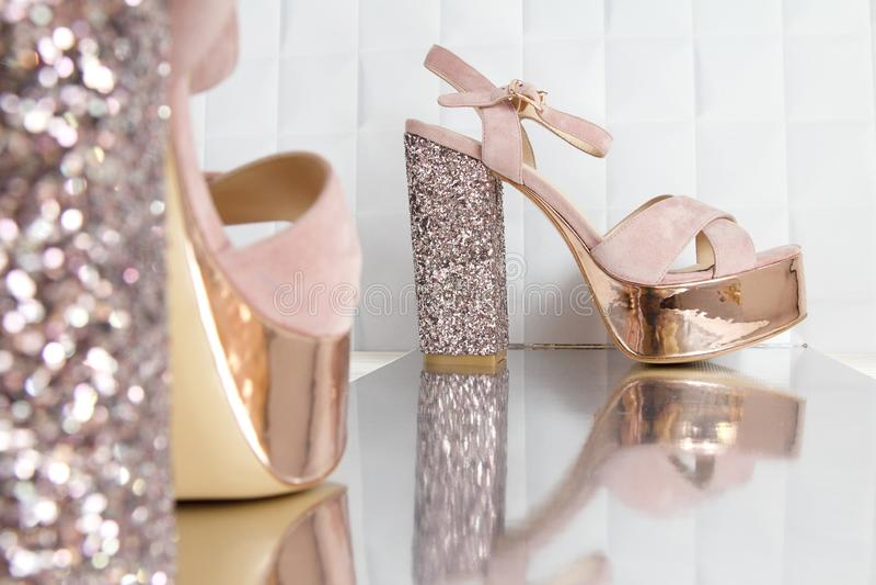 Belles hautes et minces chaussures d'or de talon stylet photographie stock