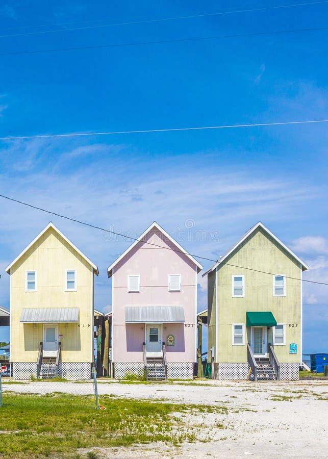 Belles huttes de touristes à la plage images stock