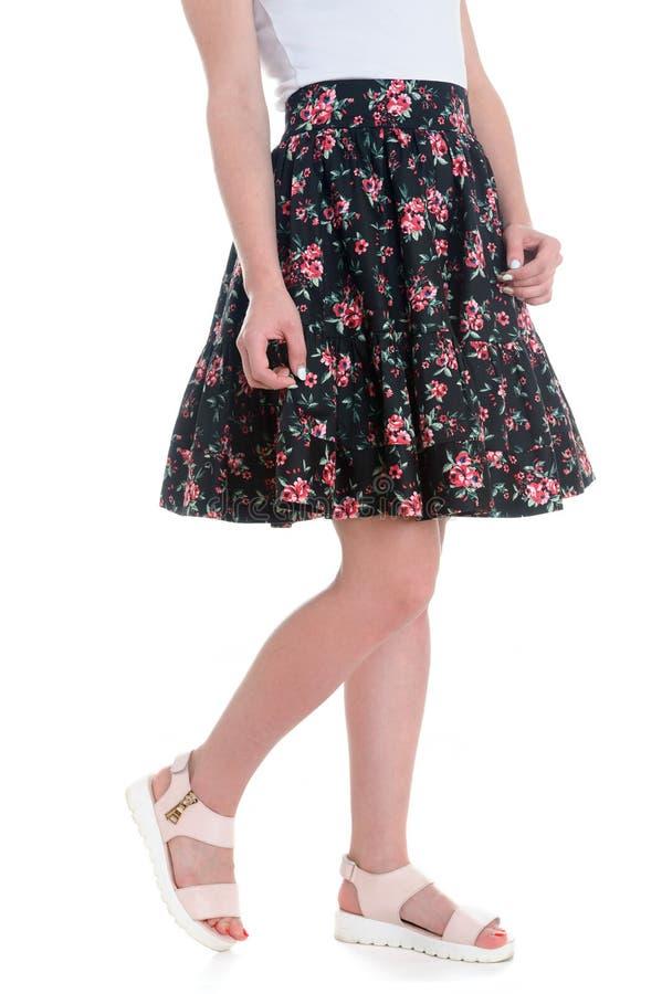 Belles jambes bien faites du ` s de femmes dans des chaussures blanches images libres de droits