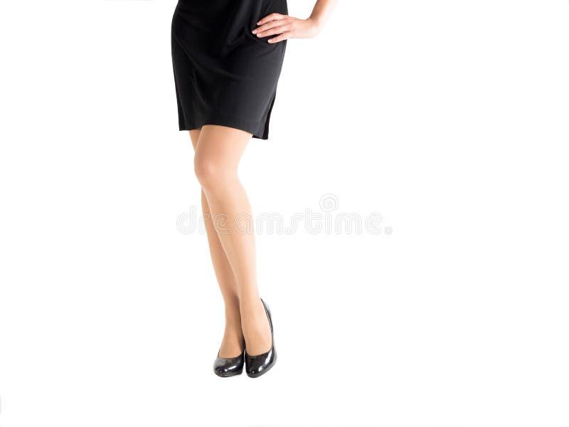 Belles jambes femelles dans les talons classiques et des collants noirs de couleur de la peau, d'isolement sur le blanc images stock
