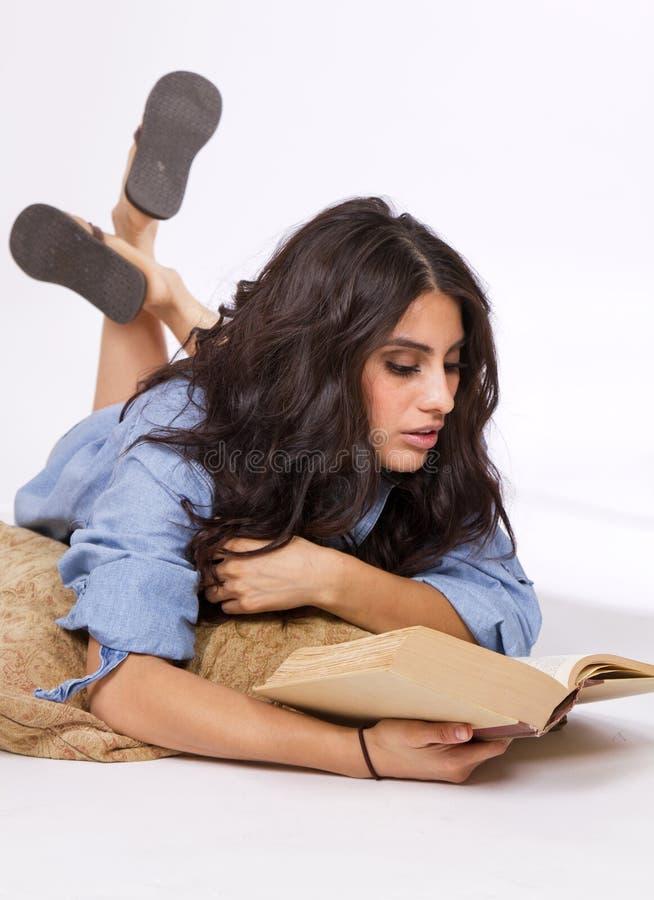Belles jeunes études de brune de livre image libre de droits