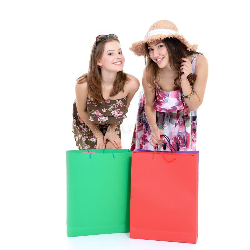 Belles jeunes femmes heureuses avec les sacs de achat color?s de vente dans s images libres de droits