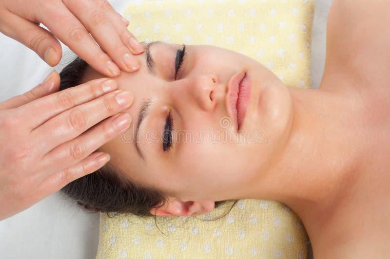 Belles jeunes femmes obtenant un massage de visage photographie stock