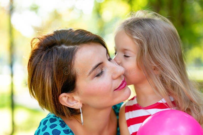 Belles jeunes maman et fille dans le jour d'été ensoleillé chaud Mère heureuse de famille et fille d'enfant petite jouant et photo libre de droits