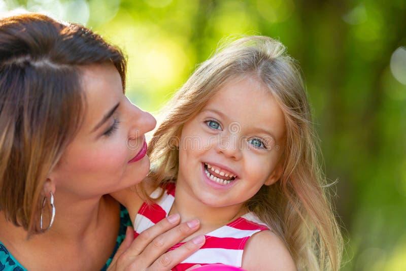 Belles jeunes maman et fille dans le jour d'été ensoleillé chaud Mère heureuse de famille et fille d'enfant petite jouant et images libres de droits