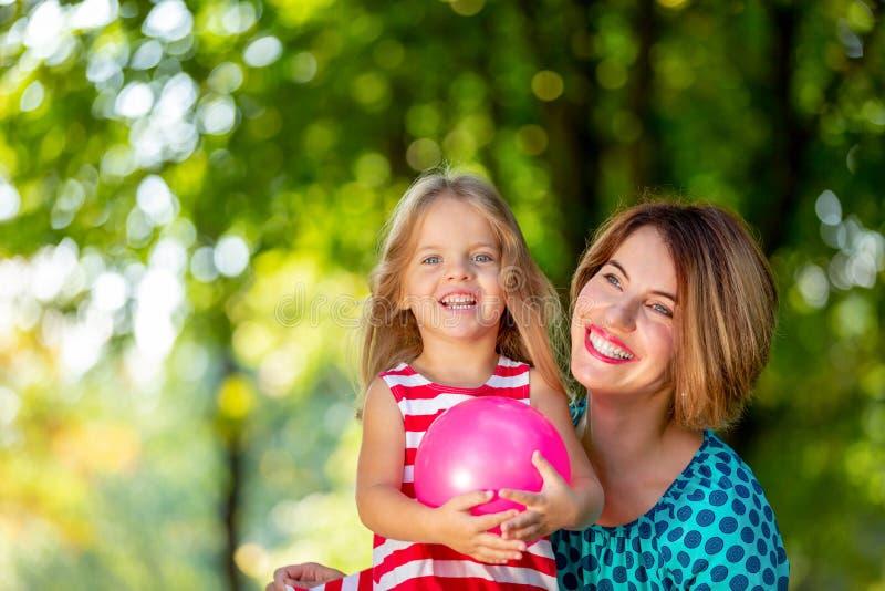 Belles jeunes maman et fille dans le jour d'été ensoleillé chaud Mère heureuse de famille et fille d'enfant petite jouant et photographie stock