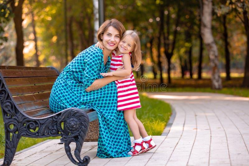 Belles jeunes maman et fille dans le jour d'été ensoleillé chaud Mère heureuse de famille et fille d'enfant petite jouant et images stock