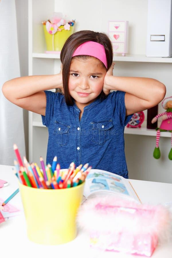 Belles jeunes ordures de fille d'école pour entendre quelque chose photos libres de droits