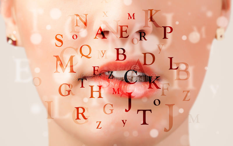 Belles lèvres de fille respirant des polices et des caractères photographie stock libre de droits