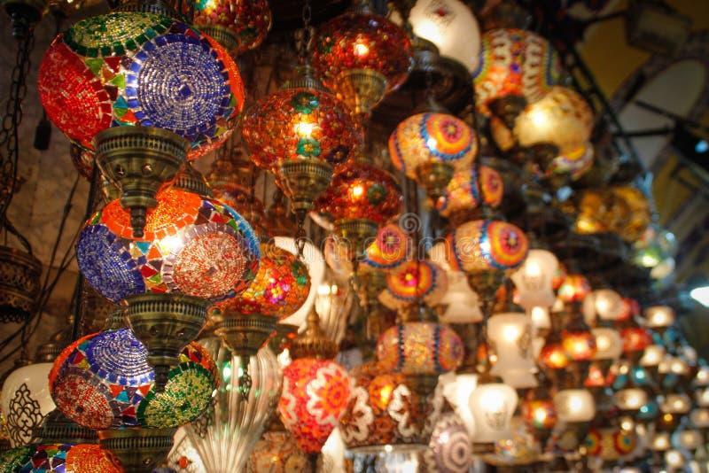 Belles lumières arabes en verre multicolores sur le bazar du marché d'Istanbul photographie stock