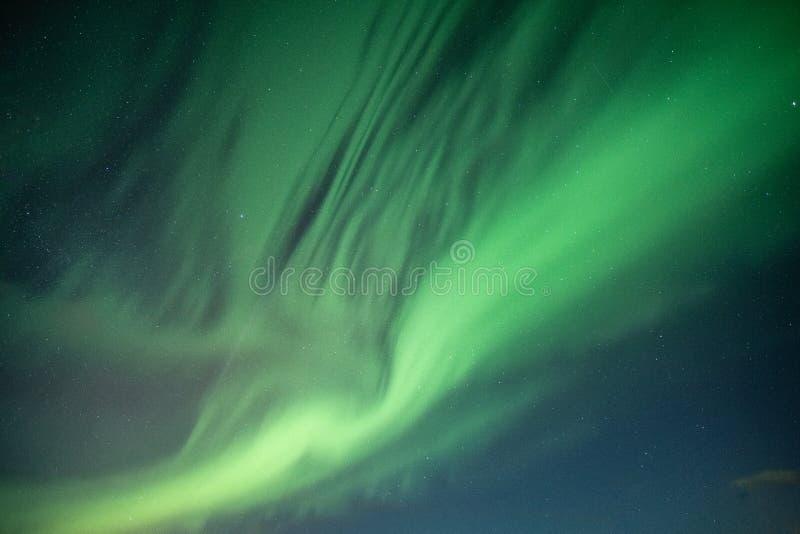 Belles lumières du nord, aurora borealis dansant sur le ciel nocturne images libres de droits