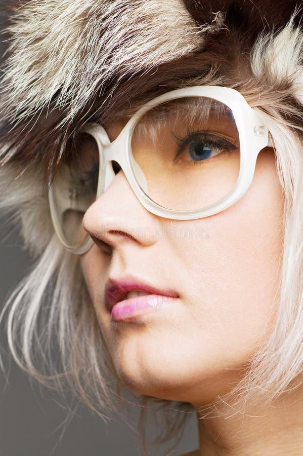 belles lunettes de soleil blondes de chapeau de fourrure jeunes photographie stock