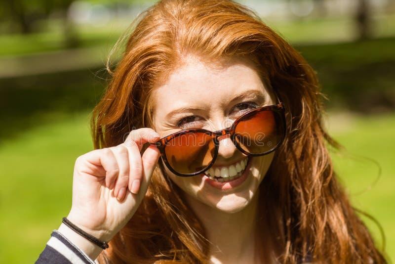 Belles lunettes de soleil s'usantes de jeune femme image stock