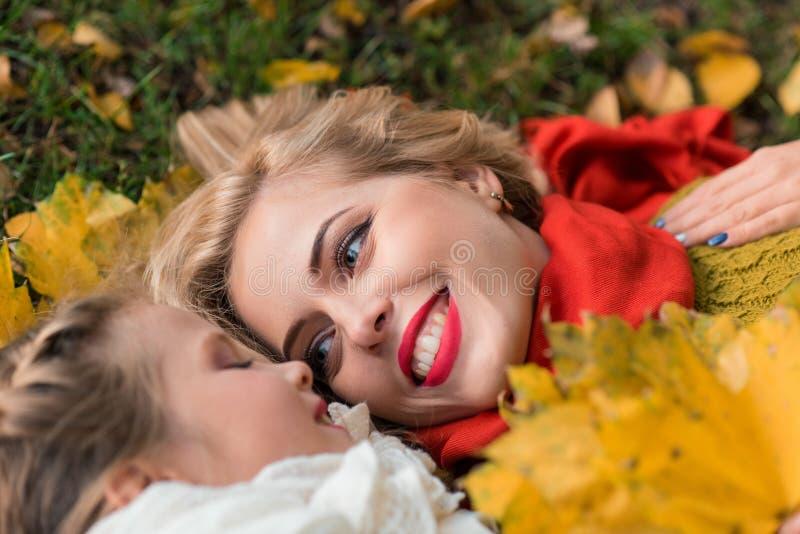 Belles mère et fille en automne coloré dehors photo libre de droits