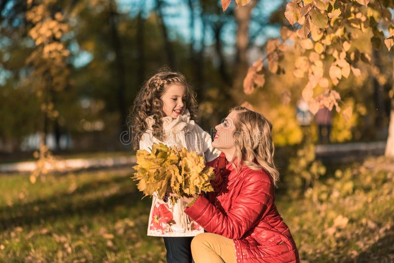 Belles mère et fille en automne coloré dehors image libre de droits