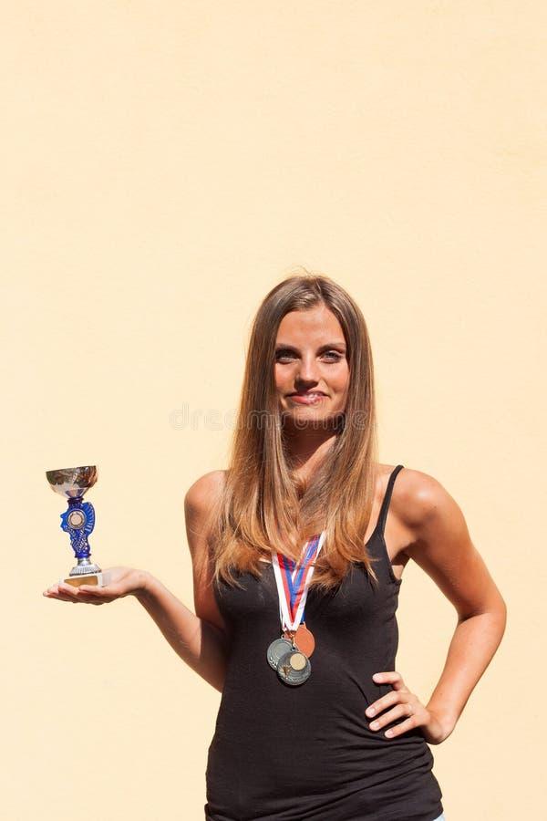 Belles médailles de fille et de sports Champion de sports Récompenses pour des accomplissements sportifs photo stock