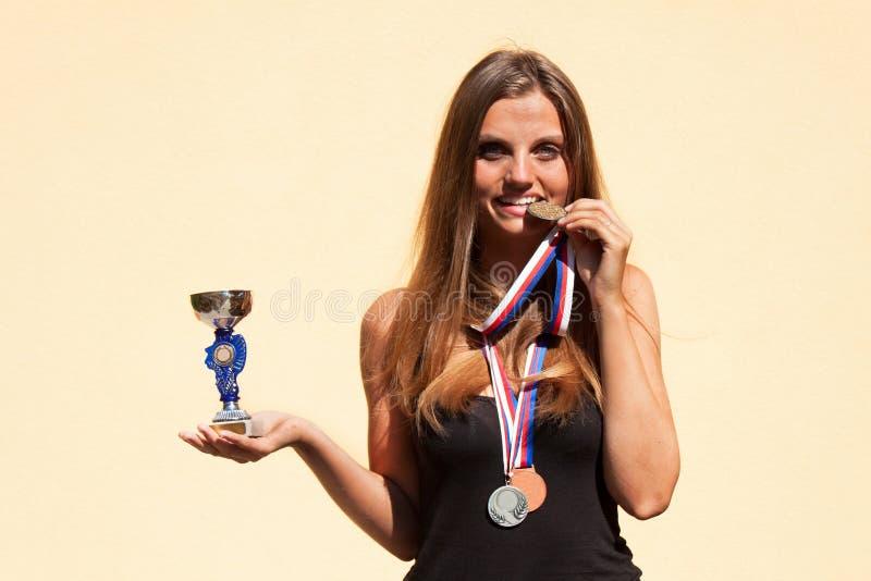 Belles médailles de fille et de sports Champion de sports Récompenses pour des accomplissements sportifs photos libres de droits