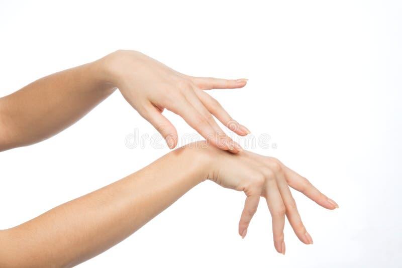 Belles mains de femme avec des ongles de manucure française photos libres de droits