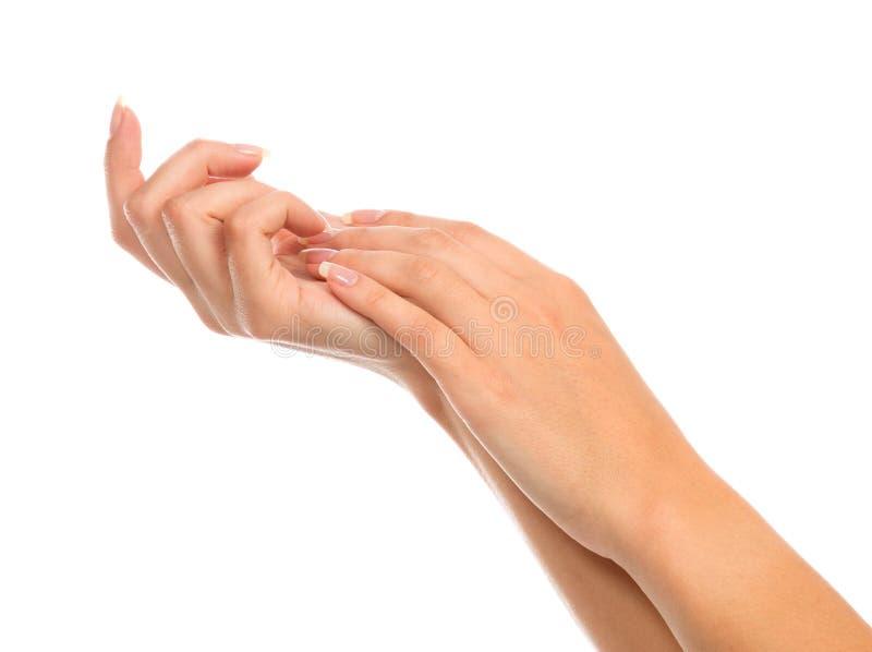 Belles mains de femme avec les ongles manucurés français photographie stock
