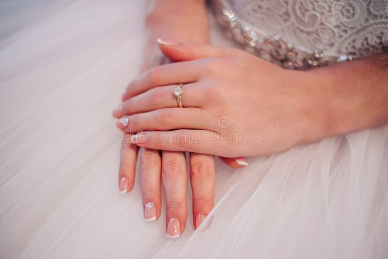 Belles mains de jeune mariée avec la manucure images libres de droits