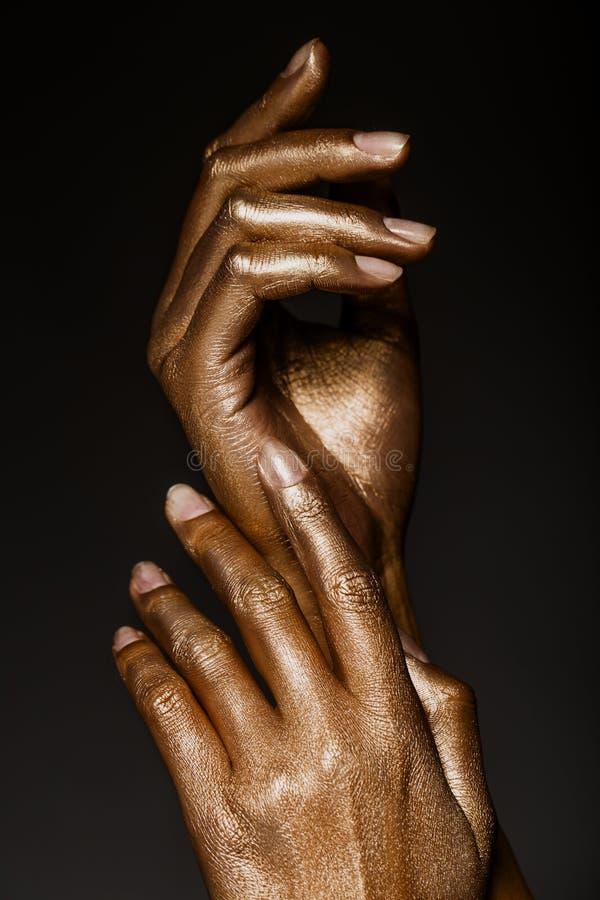 Download Belles Mains En Peinture D'or Image stock - Image du prise, geste: 76085167