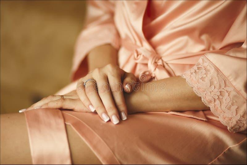 Belles mains femelles avec des anneaux - préparation de mariage photographie stock
