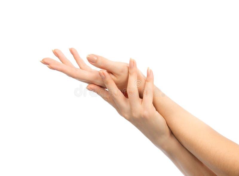 Belles mains femelles avec des ongles de manucure française images stock