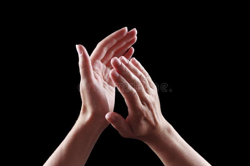 Belles mains femelles d'isolement sur des applaudissements noirs de fond images libres de droits