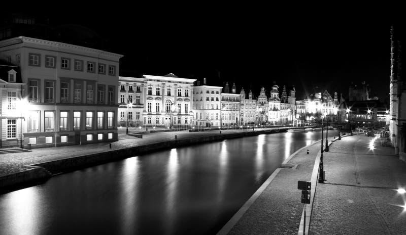 Belles maisons belges la nuit le long de la rivière chez Graslei photo libre de droits