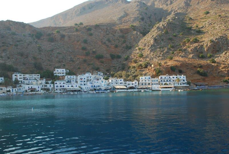 Belles maisons bleues et blanches grecques sur les rivages de Crète dans le méditerranéen photographie stock libre de droits