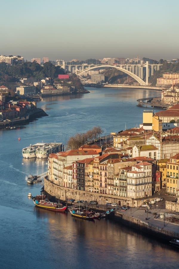 Belles maisons colorées sur la rive de la rivière de Douro dans la vieille ville de Porto images libres de droits