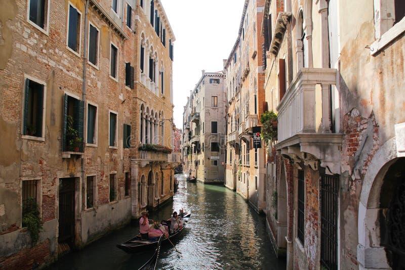 Belles maisons des deux côtés à Venise, Italie 5 septembre 2017 image stock