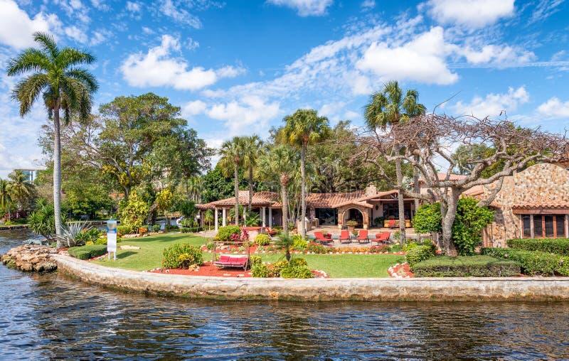 Belles maisons le long des canaux de ville, Fort Lauderdale, FL photo stock