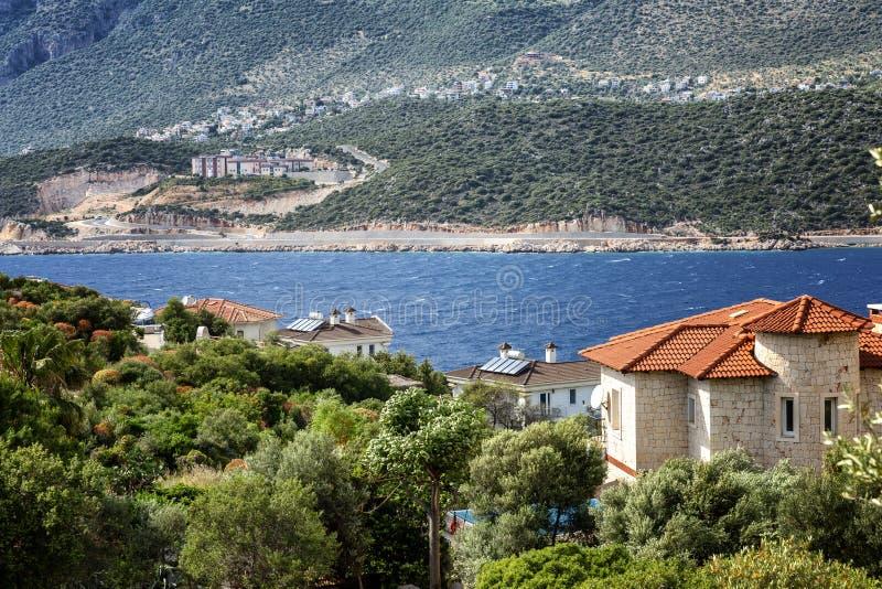 Belles maisons sur la plage contre le contexte des montagnes Jour ensoleill? lumineux photos libres de droits