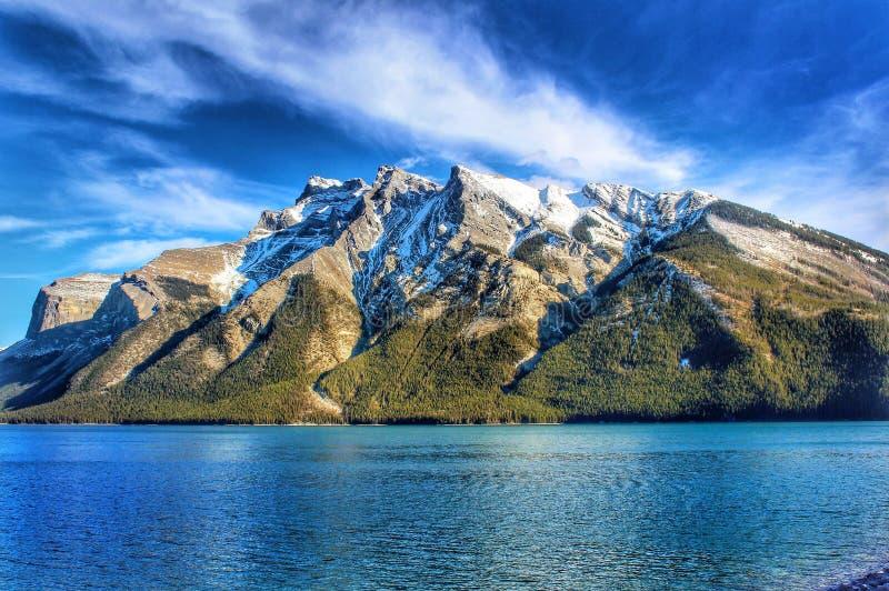 Belles montagnes de Banff dans le lac Minnewanka photographie stock libre de droits