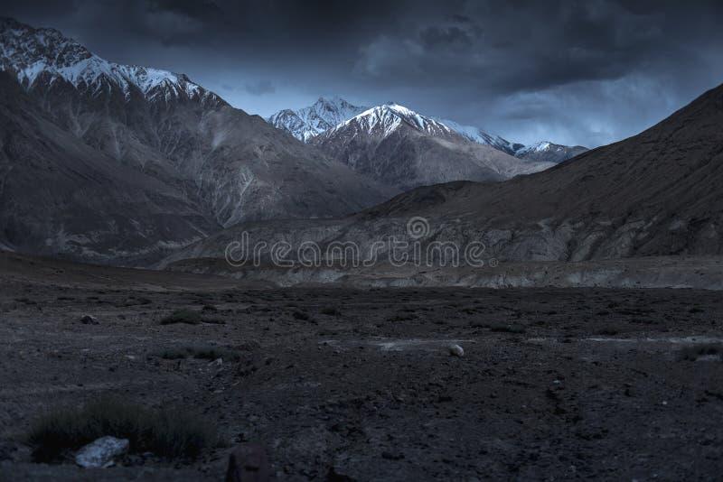 Belles montagnes de neige de paysage la nuit sur le fond bleu de nuage Leh, Ladakh, Inde image stock