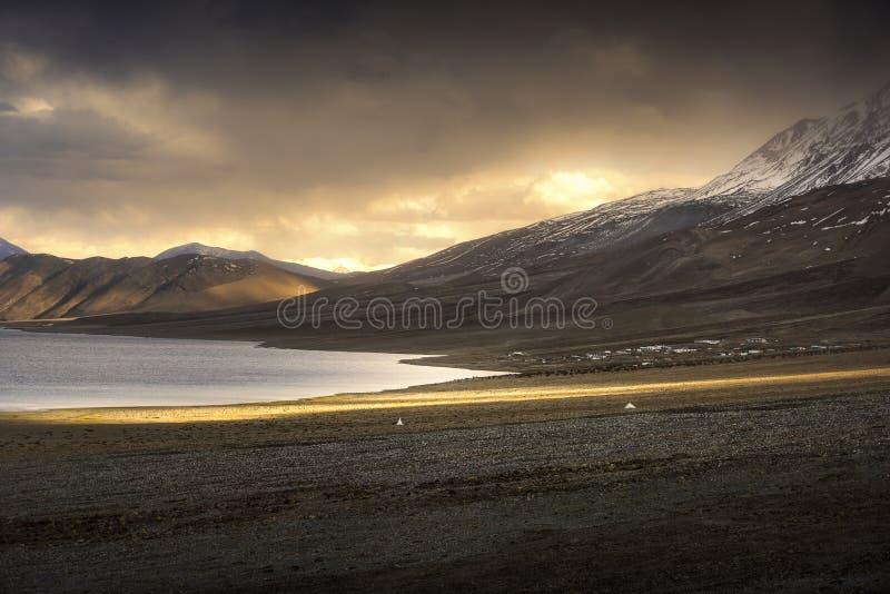 Belles montagnes de neige de paysage sur le lac de pangong avec le fond crépusculaire de coucher du soleil Leh, Ladakh, Inde image stock