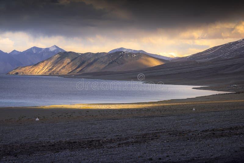 Belles montagnes de neige de paysage sur le lac de pangong avec le fond crépusculaire de coucher du soleil Leh, Ladakh, Inde photographie stock