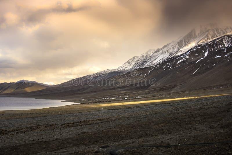 Belles montagnes de neige de paysage sur le lac de pangong avec le fond crépusculaire de coucher du soleil Leh, Ladakh, Inde photos stock