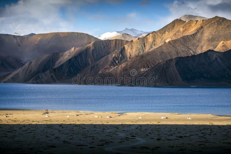 Belles montagnes de paysage sur le lac de pangong avec le fond de ciel bleu Leh, Ladakh, Inde images libres de droits