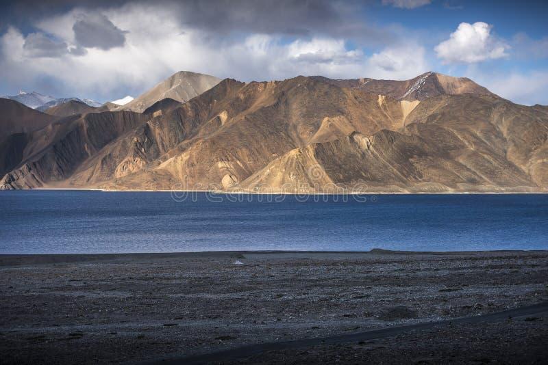 Belles montagnes de paysage sur le lac de pangong avec le fond de ciel bleu Leh, Ladakh, Inde photos libres de droits