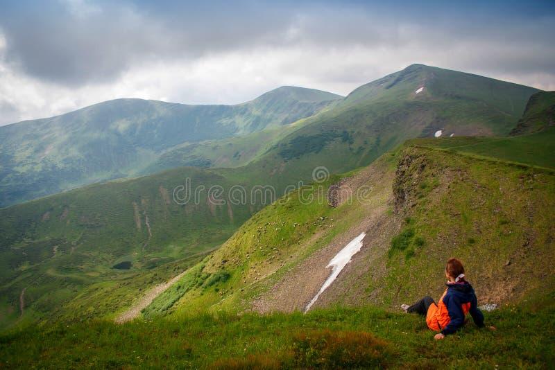 Belles montagnes et ciel bleu dans les Carpathiens l'ukraine image stock